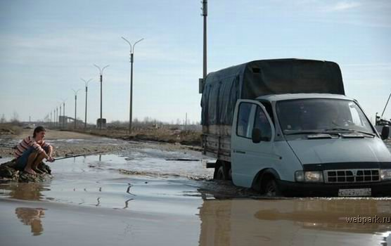 People go fishing right on the roads of Russia 2