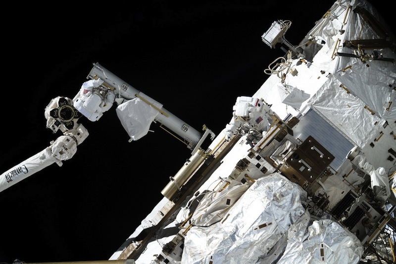 russian astronaut shooting earth 34