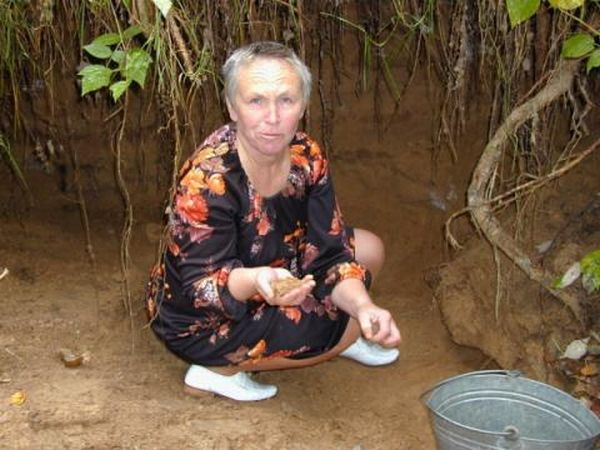 Russian woman eats sand 7