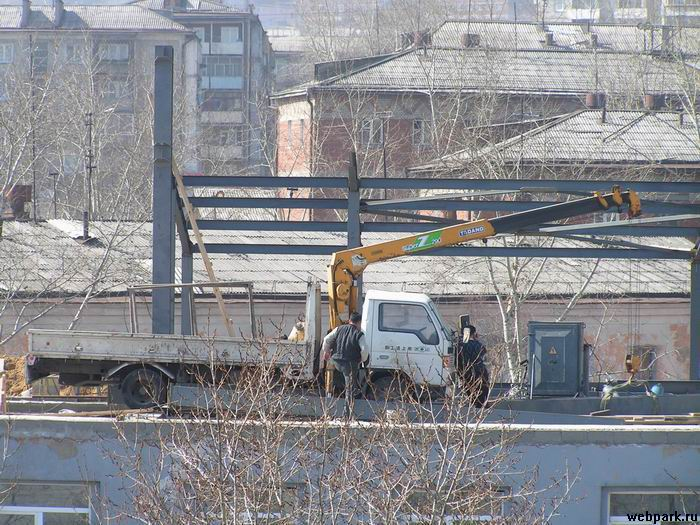 russians save on construction crane 1
