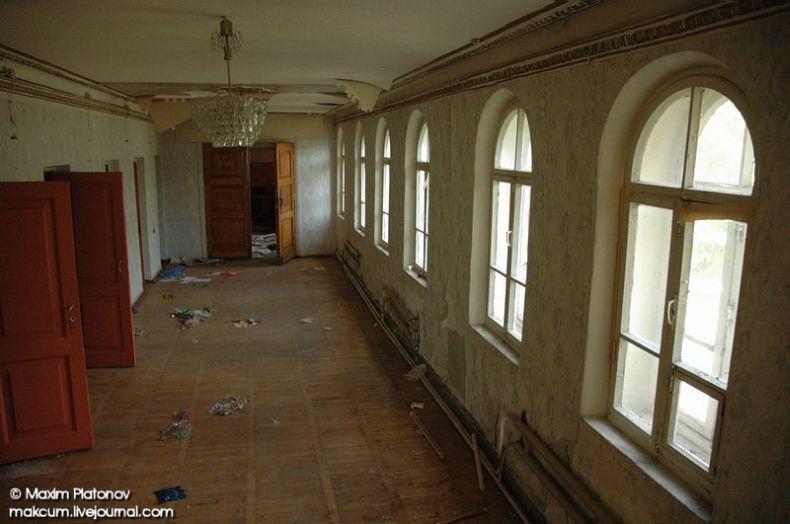 Russian school stays abandoned 12