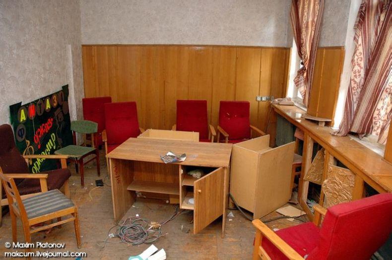 Russian school stays abandoned 13