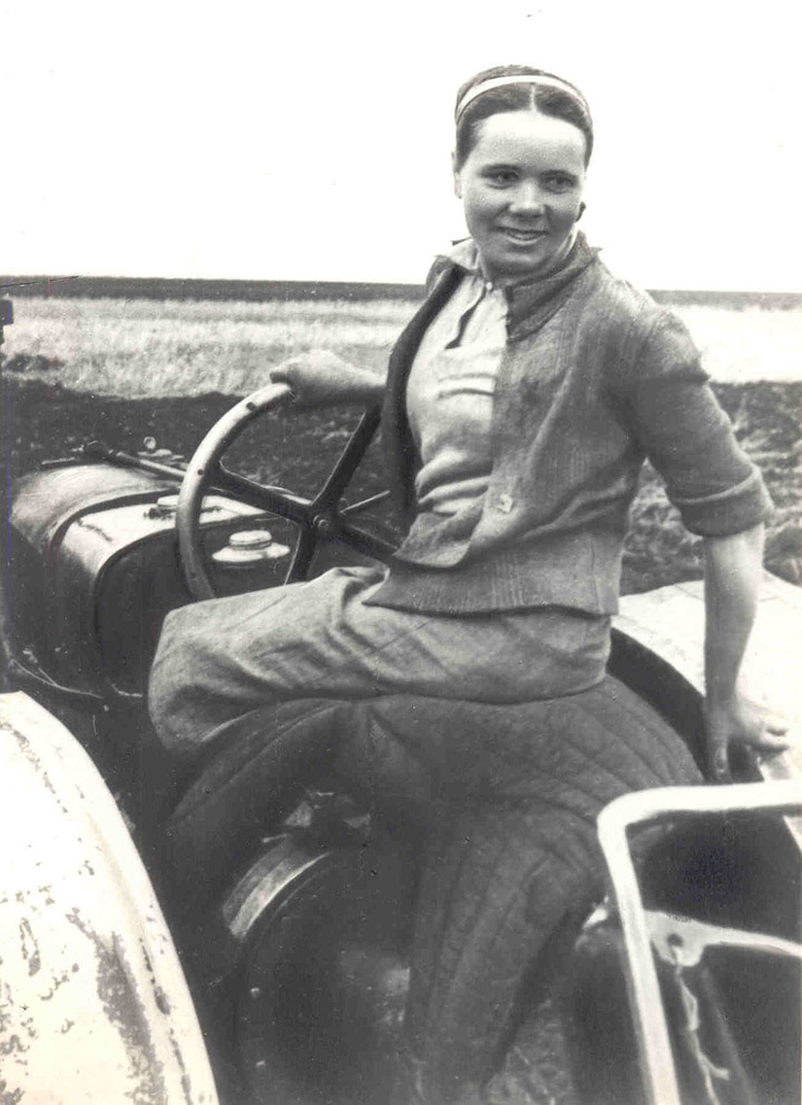 some historical photos of the soviet worker women 4