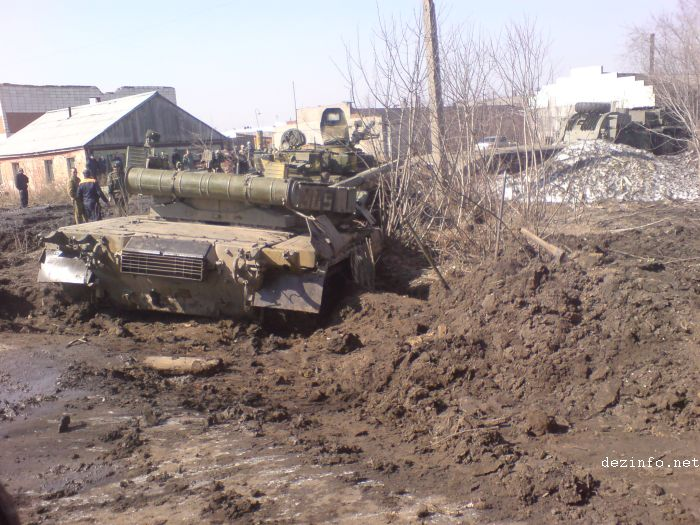 tank stuck in mud in Russia 4