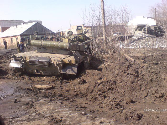 tank stuck in mud in Russia 4