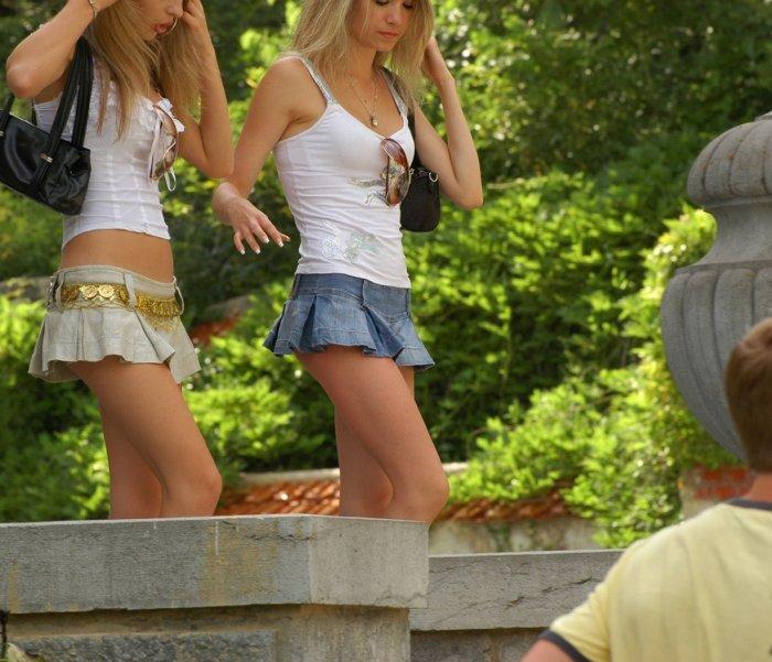 Девушки в мини юбках.
