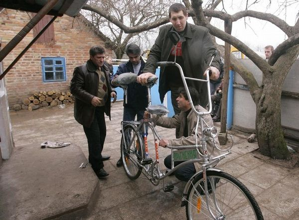 Tallest man gets his bike  2