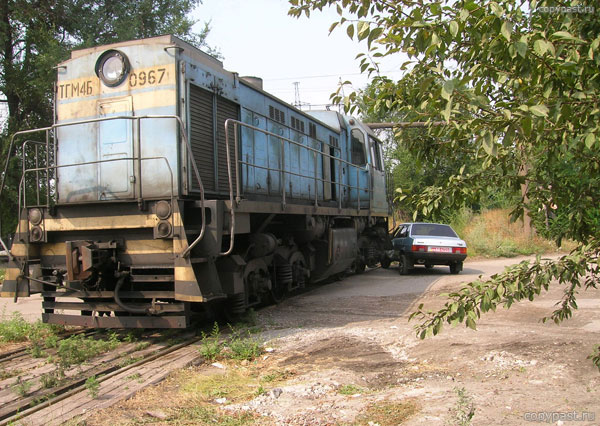 car touches train in Russia 1