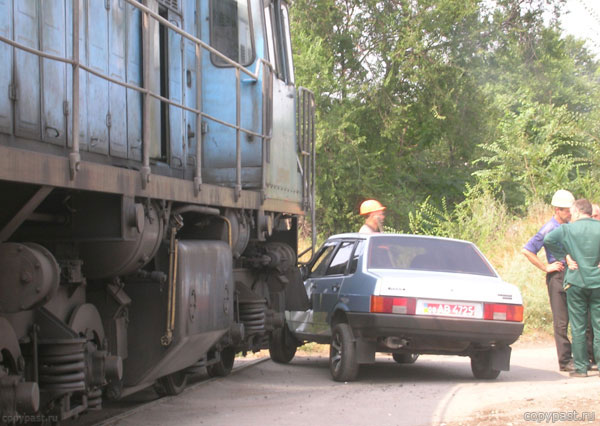 car touches train in Russia 4