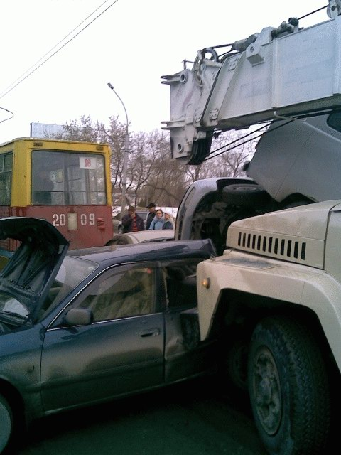 an unattended crane crushed a few parked cars in Russia 2