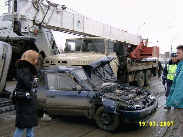 an unattended crane crushed a few parked cars in Russia  1