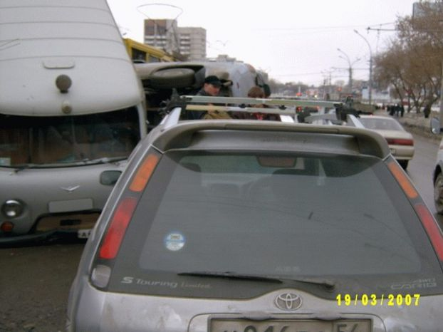 an unattended crane crushed a few parked cars in Russia 3