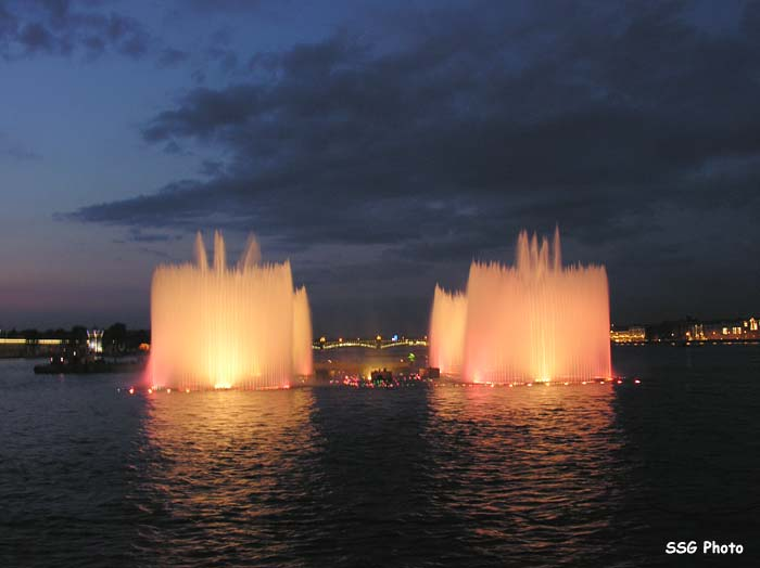 Underwater fountain in St. Petersburg, Russia 4