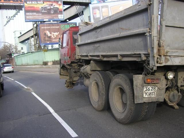 truck without a wheel in Russia 3