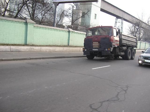 truck without a wheel in Russia 5
