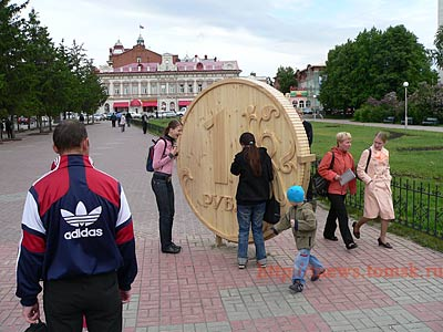 Russian monument to wooden currency 2
