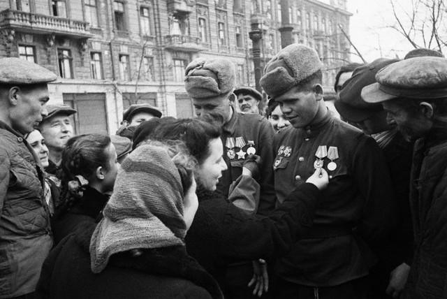 World War 2 Photos by Dmitri Baltermants 10