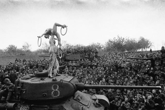 World War 2 Photos by Dmitri Baltermants 14