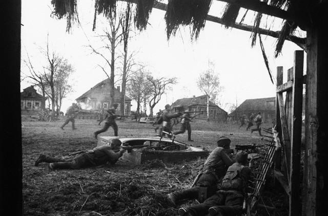 World War 2 Photos by Dmitri Baltermants 18