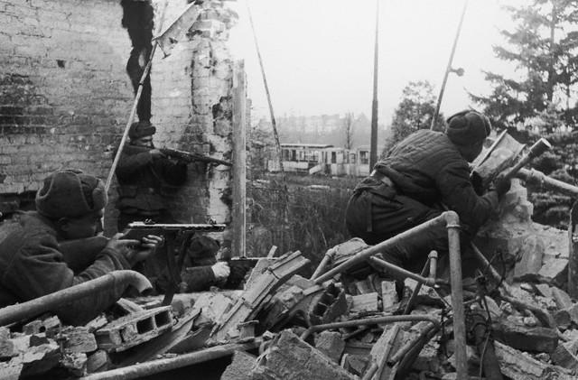 World War 2 Photos by Dmitri Baltermants 29