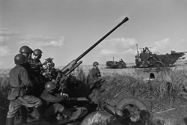 World War 2 Photos by Dmitri Baltermants 3