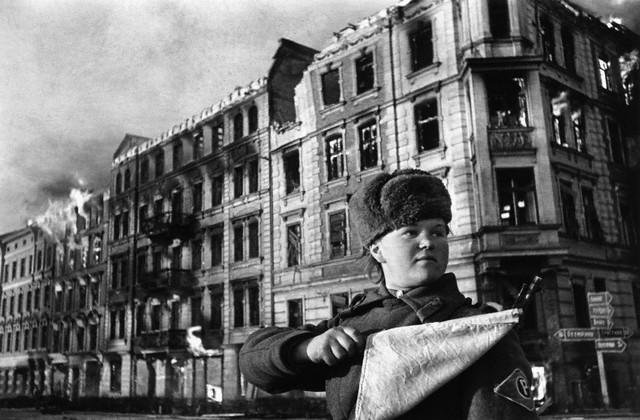 World War 2 Photos by Dmitri Baltermants 9