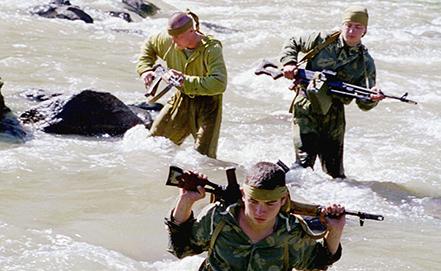 Занятия по преодолению водных преград солдат Группы российских войск в Закавказье, 2000 год