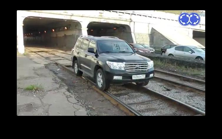 Crazy Drivers Cut Traffic Thru Railway Tunnel