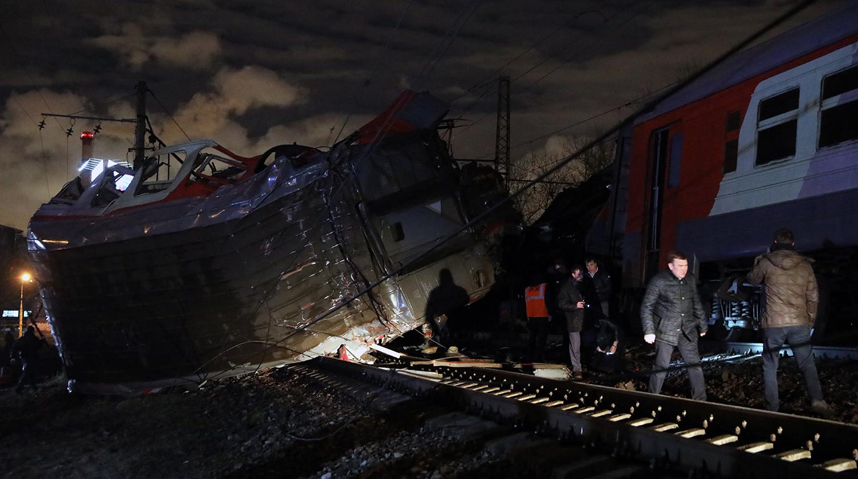 Пассажирский поезд и электричка столкнулись на западе Москвы