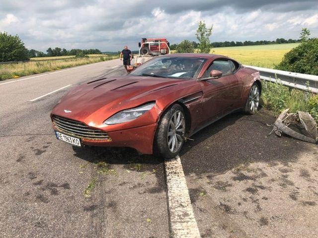 Crashed DB11 Aston Martin, Left Strange Note [4 photos]