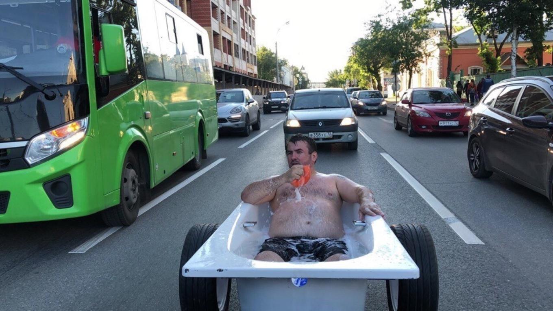 Man Ride Across City in a Bathtub [video]