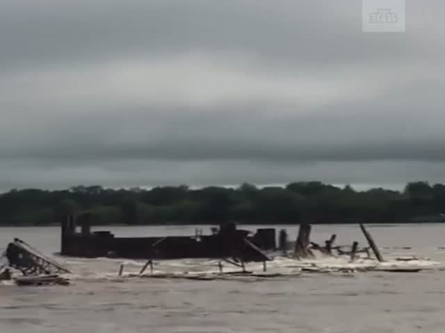 River Amur Overflows and Destroy Construction Site and a Crane [video]