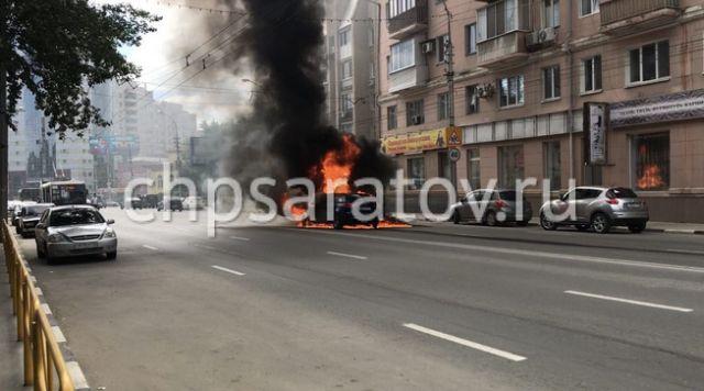 Audi Stumble on Manhole, Catch Fire, Burns [video]