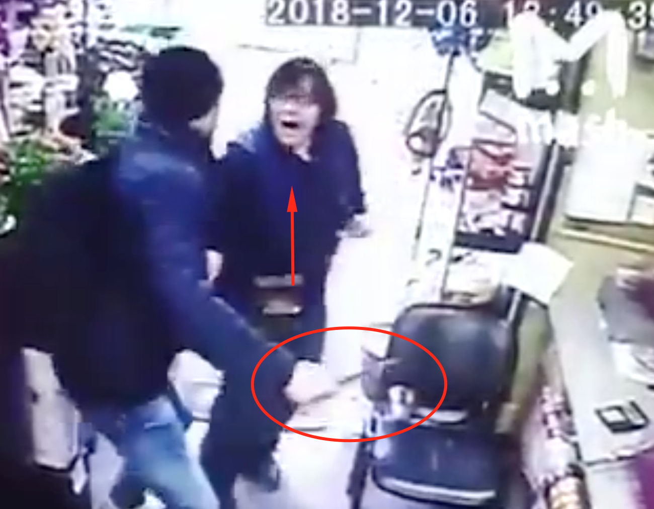 Poor Guy is Robbing Store Just He Wants to Go To Prison Because Desperate in Moscow