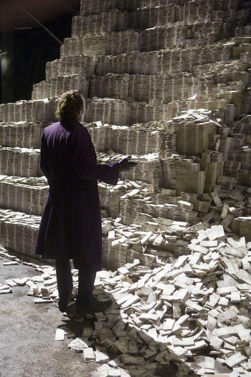 Russian Senator Tries to Burn the Mountain of Cash [video]