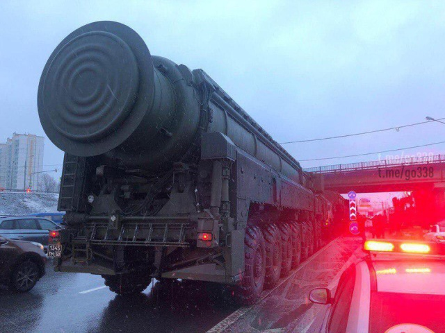 Intercontinental Nuclear Missiles Stuck in Moscow traffic Today [3 photos + vid]