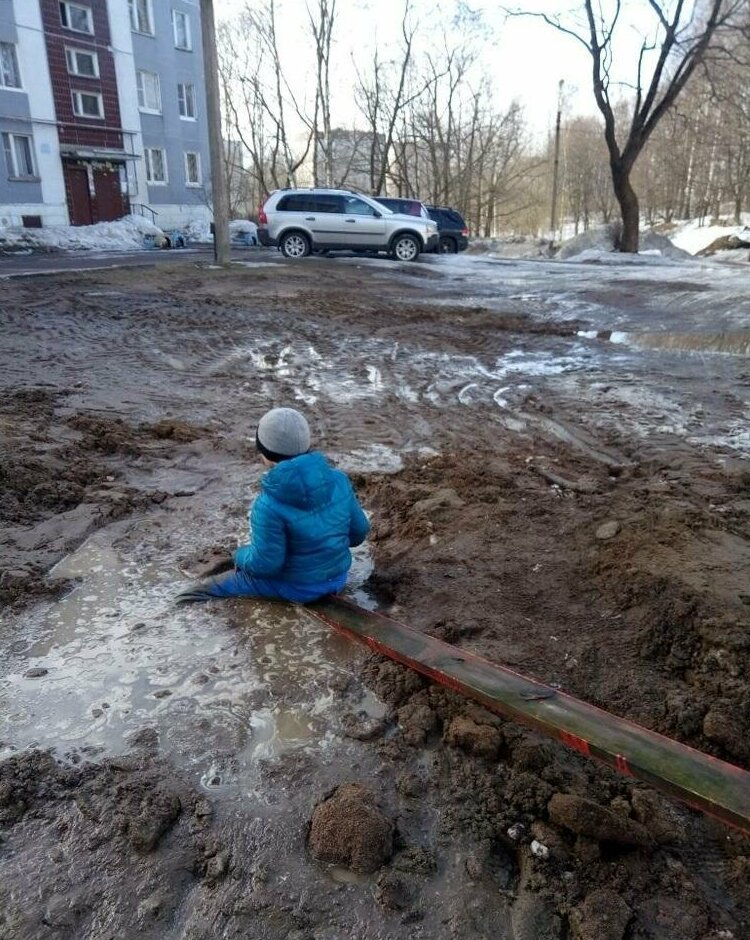 Spring In Russia: Boy Almost Sank In the Dirt