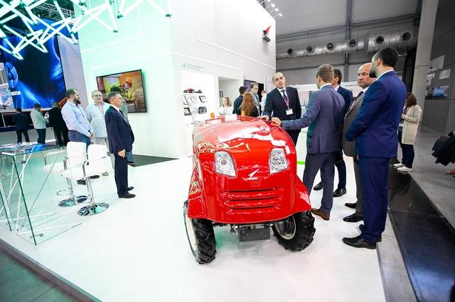 Новая инновация от Роскосмоса - беспилотный трактор (5 фото)