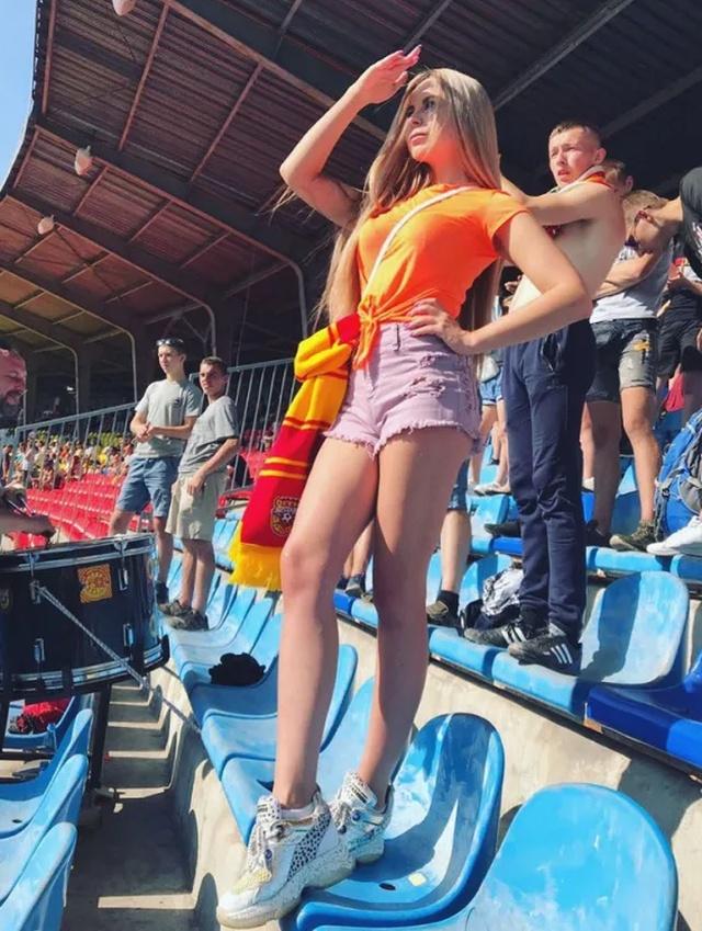 Болельщицы на трибунах во время Российской Премьер-Лиги (15 фото)