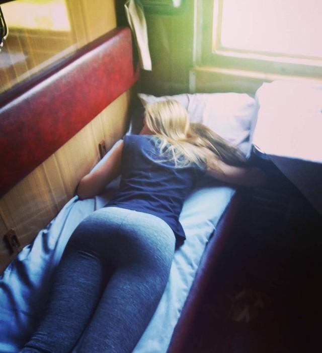 Попутчицы в поездах, которые могут скрасить любое путешествие (20 фото)