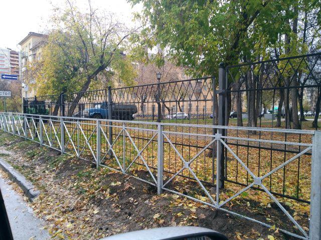 Двойная защита: в Новосибирске поставили забор перед забором (2 фото)