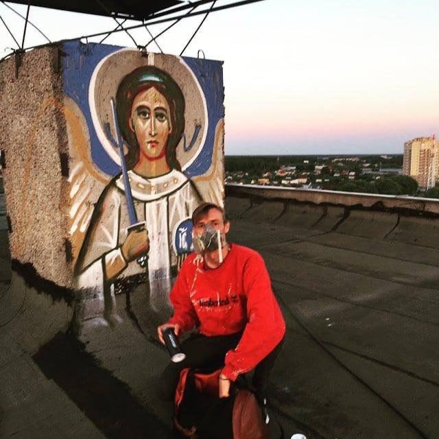 Религиозный вандализм: в Подмосковье уличный художник рисует иконы на стенах (7 фото)