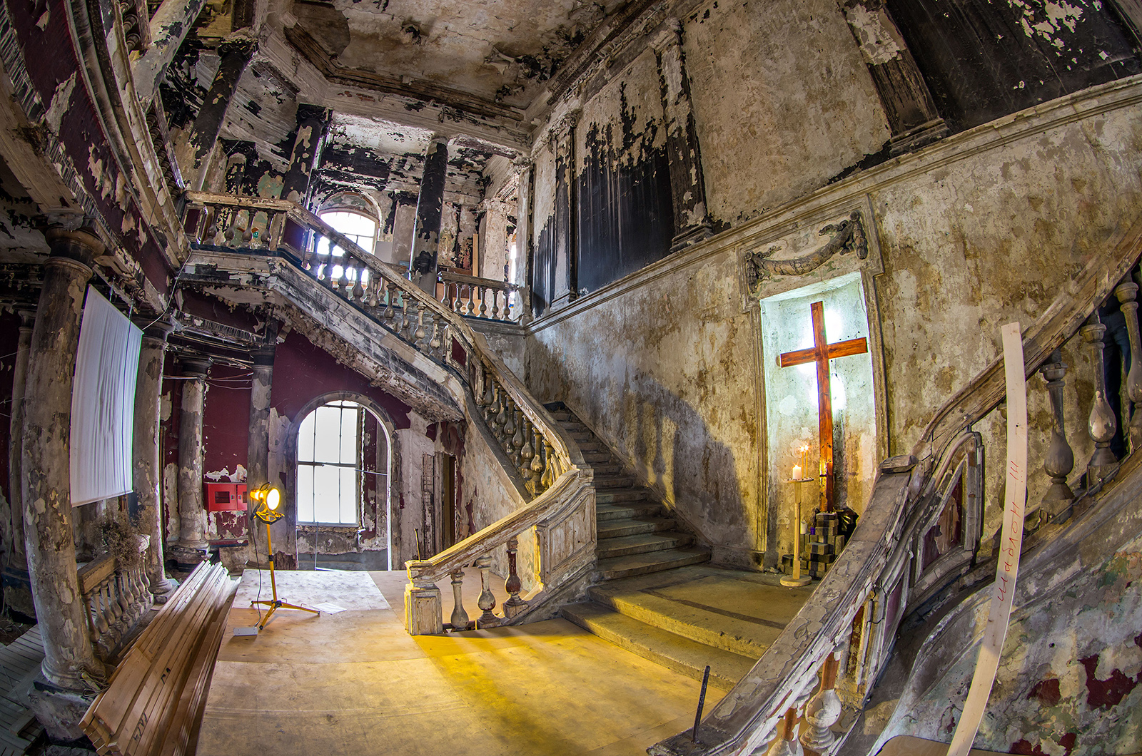 В центре Петербурга стоит полуразрушенная церковь. Почему это круто и что там происходит?