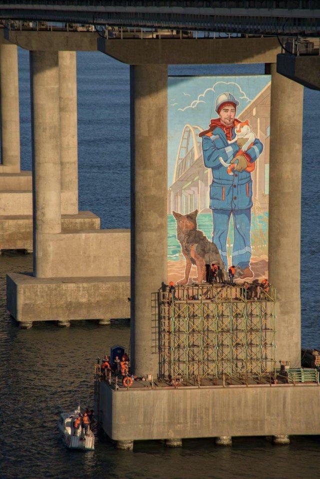 Крымский мост украсили огромным граффити (3 фото)