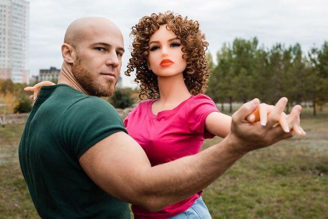 Казахстанский культурист Юрий Толочко решил жениться на секс-кукле (20 фото)