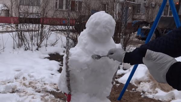 Художник из Сарова слепил снеговика во дворе, от которого можно перепугаться до полусмерти
