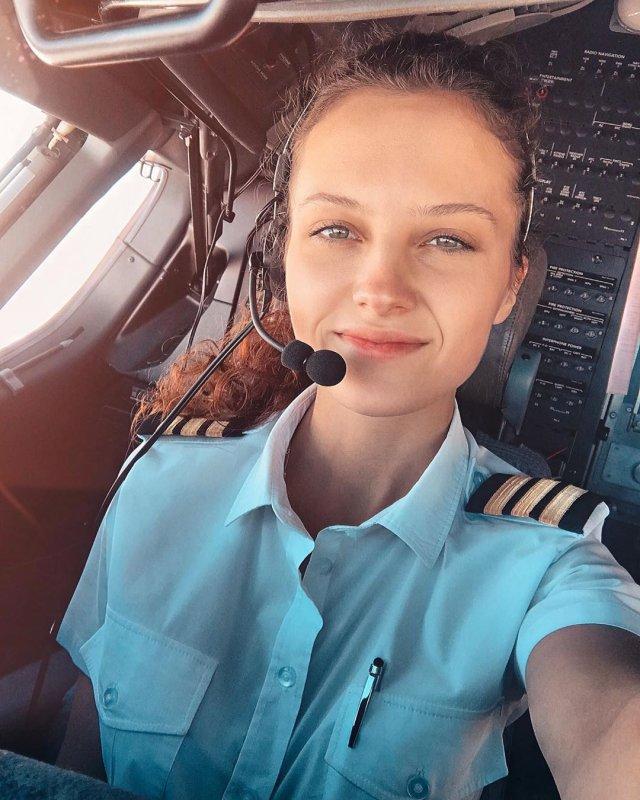 стюардесса Юлия Слободянюк