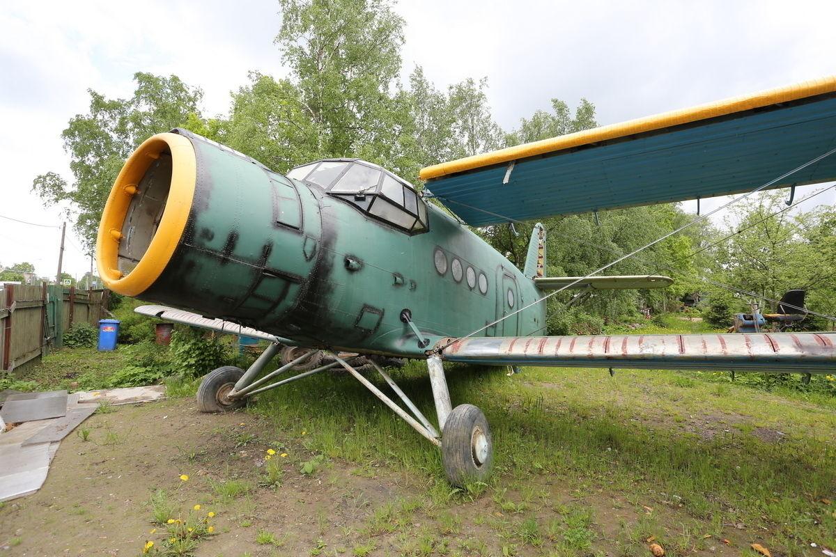 Петербуржец установил на своем дачном участке самолет