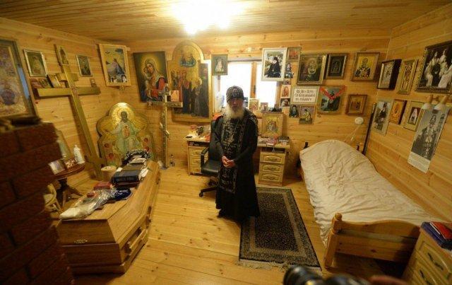 Сталин, Распутин и гроб: как выглядит келья опального схиигумена Сергия