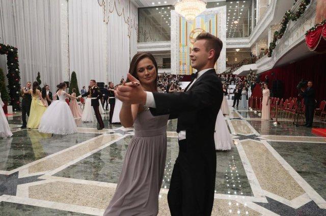 Наталья Эйсмонт танцует с мужчиной в сером платье